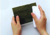 昆布は乾いた布巾で両面を拭いてから砂やゴミを落す